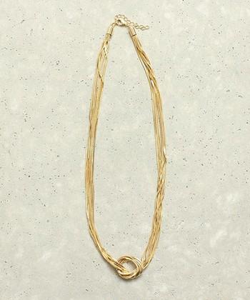 スネークチェーンを使ったオシャレな結びネックレス。普段のコーディネートにもドレススタイルにも使えます。シンプルなデザインながら華やかさがあるのでコーデのポイントになりますね。