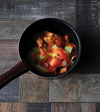 「ベジブロス」は普段は捨ててしまう野菜くずを集めて煮出し、スープにすること。玉ねぎの皮やカボチャのワタなどからとってもおいしいスープができるなんて驚きですね。どんな野菜でもOKなので、捨てずにとっておいてスープにしてみましょう。お味噌汁のだしとしても使えますよ♪