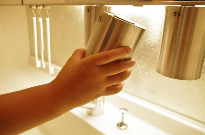 コップの裏と鏡台の下にマグネットを貼って、吊り下げ収納に。