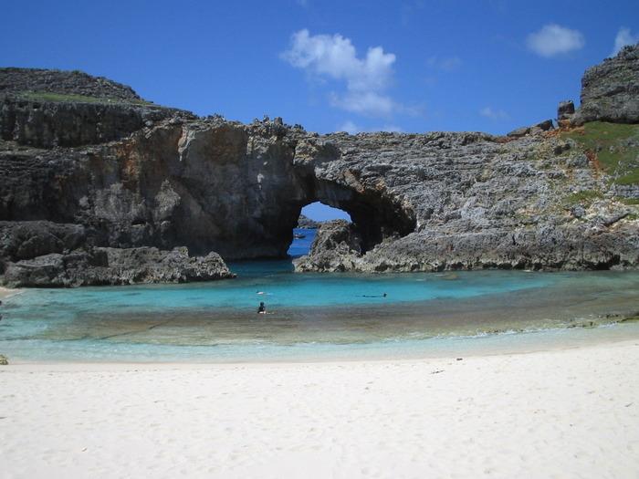 小笠原諸島の南島の扇池と呼ばれるスポット。岩で作られた穴は壮大な海への入口です。