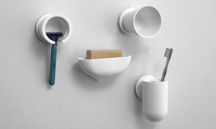 ごちゃごちゃしそうな洗面台周りも、吸盤アイテムなどをうまく使って壁を収納スペースにしちゃいましょう。