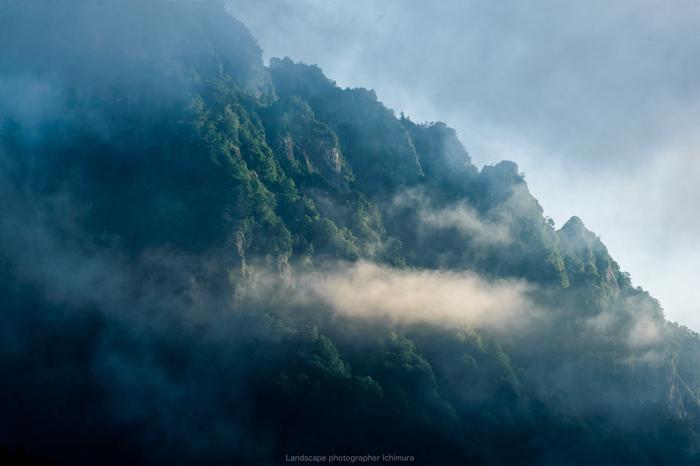 美味しい戸隠蕎麦を育てるのは、標高1,000mの「火山灰土」と戸隠連峰からの「湧水」、そして「霧」。  昼夜の温度差が大きく冷涼な戸隠では、蕎麦はいつも霧に包まれて育ちます。霧の下で育った蕎麦は、味や香りが良く、「霧下そば」と特別な名で呼ばれています。