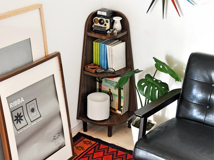 コーナーラックには雑貨を飾ったり休憩中に読む本などを置いて、小さな自由空間に。