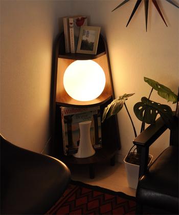こちらのラックは本体裏にコンセントを通すホールがあるので、ライトを置いて間接照明のように使うこともできます。