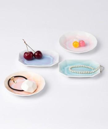 宝石のような美しい色と形の豆皿は、食器として使ってもアクセサリートレイにも。磁器ならではの艶やかな質感とジューシーなカラーは、お部屋をグッと華やかにしてくれます。