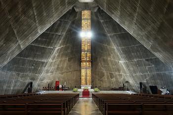 SF映画の1コマのようでもありながら、ゴシック建築やユダヤ教会を思わせる荘厳な雰囲気を持つカテドラル。 高い天井と、天井にしつらえられたトップライト(天窓)から降り注ぐ光は、神聖な空間をより神秘的に彩っています。