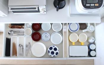 食器収納の隙間も上手くボックスを組み込んで、カトラリーを種類ごとに整頓。 これなら使いたいものが一目瞭然です。