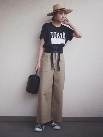 カジュアルなTシャツコーデに、女性らしさをプラス。トップスと同系色のベルトを選べば、より脚長を強調できますよ。