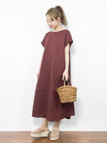 シンプルなワンピースが爽やかにドレスアップされたセンスのいいコーデ。オーバーサイズのワンピースもスタイルよく見せてくれます。