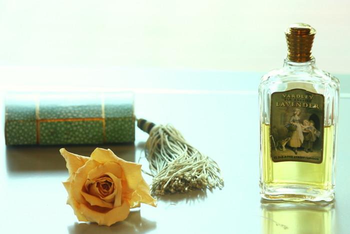 フランスでは、NGとまでは言わないものの、ものによってあまり喜ばれないのが香水。 日常的に香水を使用している人が多いだけに、パーソナルな香りにこだわるので、あまり気に入ってもらえなかったというケースもあるようです。