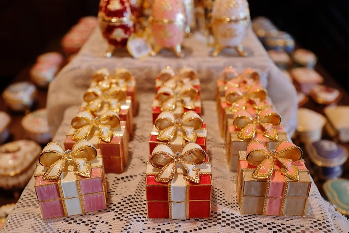 「贈り物は特別な日に!」という考えのあるオランダなどの国では、特別な日以外の突然の贈り物に、あまりいい顔をされないケースもあります。  贈り物をするなら、その国の贈り物事情を事前にリサーチしておきたいものですね。
