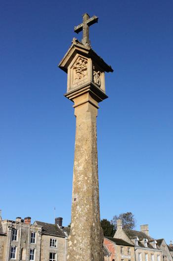 町の中心部には、かつて羊毛取引が行われていたマーケット・スクエアに掲げられていた十字架が今も残されています。