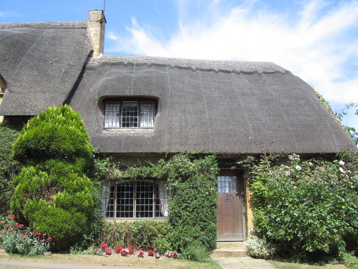 はちみつ色をした石造りの民家が多いコッツウォルズですが、チッピング・カムデンでは茅葺屋根の珍しい家も現存しています。