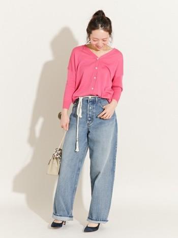 メンズライクなシルエットのビンテージ風デニムを、ピンクのトップスと華奢なロープベルトで和らげています。