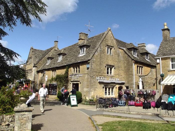 ボートン・オン・ザ・ウォーターは、数あるコッツウォルズの町や村の中でも特に人気がある村です。