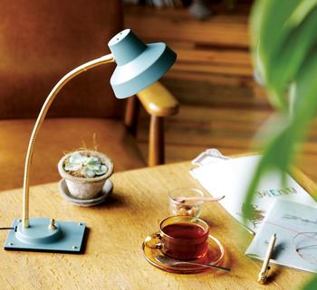 机で読む派ならスタンド式の照明が便利。 少しレトロなカラーが魅力的です。