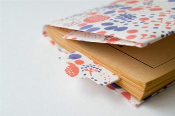 大切な本は、ブックカバーでしっかり保護しておきたいもの。 本好きさんなら、本がかさばらない紙製のブックカバーはおすすめです。