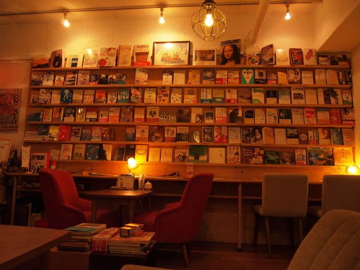 最近は、飲み物を飲みながら、のんびり読書できるブックカフェも増えています。 休日の空いた日は、ブックカフェで気になる本を探してみるのも良いですね。