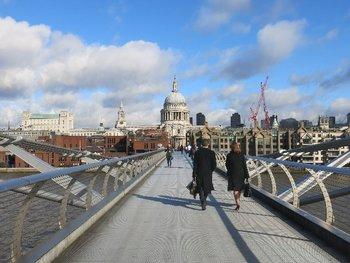 セントポールすぐ南にはテムズ川があり、ミレニアムブリッジという、歩行者用の橋が架かっています。橋の上からは、ロンドンが一望できて、絶景の一言。