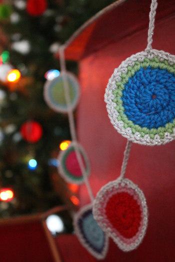 いろんな形や素材でガーランドを楽しみましょう。かぎ針編みで作ったガーランドは、ぬくもりあるほっこりとした雰囲気です。