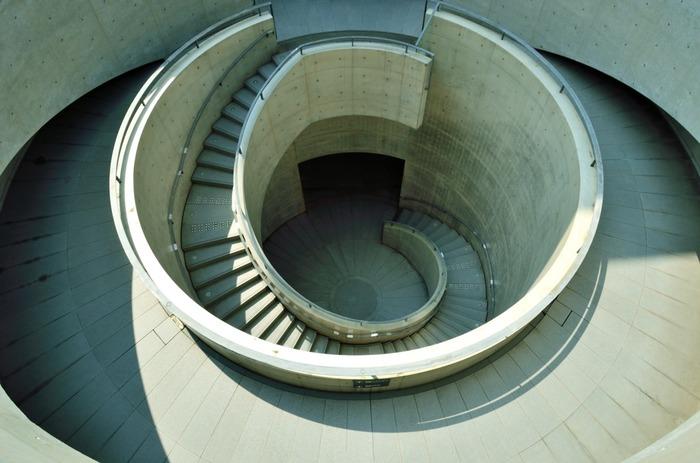 美術館の中でも象徴的な螺旋階段。美しく円を描くコンクリートの階段は、上から撮るのも下から撮るのもおすすめです。