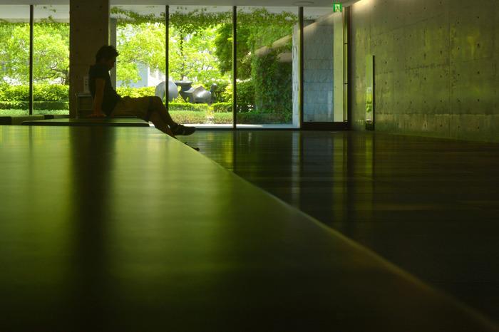 広々としたロビーもおすすめのフォトスポット。窓から見える緑が室内に反射する、美しい瞬間を切り取って。