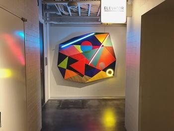 館内の至るところにアート作品が散りばめられています。壁や床に反射するネオンがおしゃれな一枚。