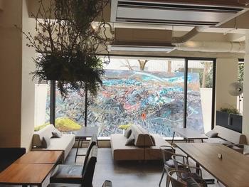 カフェやバーを楽しめるスペースも。イベント開催中は、中庭や店内でアート作品が楽しめるので、HPでイベント開催情報をチェックしておいて。