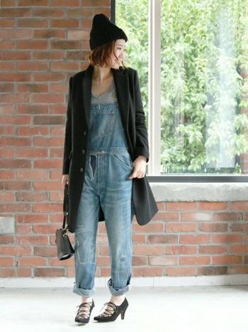 ロングジャケット×デニムサロペットのコーディネート。足元をロールアップして、黒のヒールやバッグを合わせてキレイめにドレスアップして。