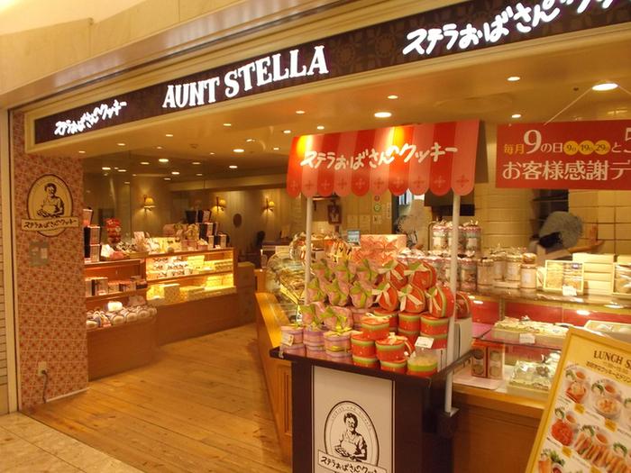 駅前など歩いているとあまーい香りでいっぱいのステラおばさんのクッキー。測り売りなので1枚ずついろんな味を選んだりと、買うのも食べるのも楽しみなお店ですよね。