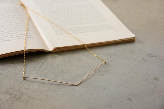 ■ V字ワイヤー ショートネックレス・bonstylism06-36  繊細なワイヤーが特徴的なネックレス。V字の形が顔周りをすっきりと見せてくれます。華奢なデザインなので、他のネックレスとの重ね付けもおすすめ。