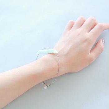 ■titanium bracelet TI-BR1  コーディネートのアクセントにしたいなら、スタイリッシュなデザインがおすすめ。バングルの曲線とプレートの直線のコンビネーションが目を引くおしゃれなブレスレットです。