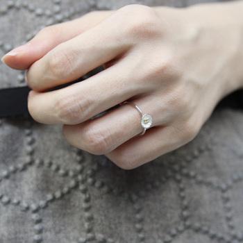 ■Petit flower ring  華奢なシルバーリングは、小さなフラワーモチーフで華やかに。一つだけでも手に馴染み、重ね付けしても他のリングとマッチする使いやすいデザインです。