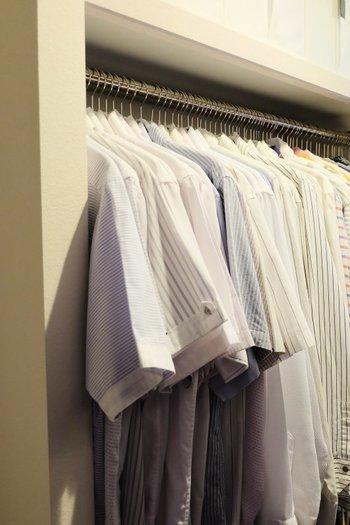 シャツ類をハンガーにかけるときは、シャツの向きもそろえてあげましょう。見栄えがよくなります。