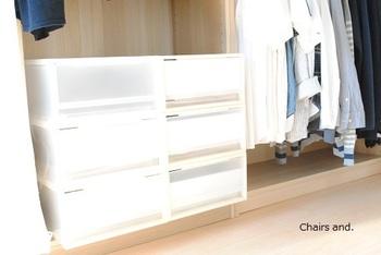 下着や靴下などの小物を収納するには、浅めのケースの方が使いやすいですね。引き出しごとにテプラなどでラベリングしておくと、家族みんながわかりやすくなります。