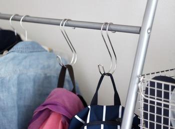 立てて収納しづらいリュックなどのバッグ類はS字フックを使うとさっと取り出しやすくなります。
