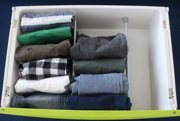 硬い素材の衣類を立てるときには、つっぱり棒を使ってみるのもいいアイデア。これなら、何度でも幅を変えることもできるので、成長に合わせて大きさが変わる子ども衣類の棚に使ってみたいアイデアです。