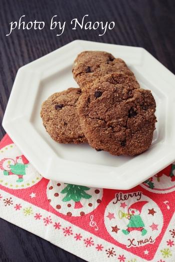 おからパウダーで作ったクッキーはさくさくの仕上がりに。生地に練り込まれたココナッツロングとチョコレートが満足感の秘密です♪  砂糖:なし 小麦粉:なし(代用 おからパウダー)