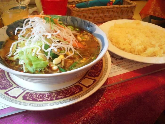 90年代、まだ「スープカレー」という言葉がなかった頃にオープンした「マジックスパイス」。インドネシア料理「ソトアヤム」をヒントに編み出されたスープは、鮮烈なスパイスの香りと複雑な旨味がクセになります。オススメは札幌本店限定、北海道産野菜がたっぷりの「北恵道(ほっけいどう)」。医食同源、食べると元気になるスープカレーです。