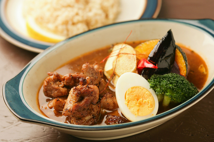 がっつりアジアな薬膳系よりも、洋風スープカレーの気分。そんな時にオススメなのが「ZORA」です。マスターは、スープカレーの人気店「suage」出身。人気メニューの「ジャークチキン」はもともとジャマイカの郷土料理で、辛いだけではなく、ハーブの香りやスパイスのコクがしみこんでいます。その他、月替りの「マンスリーカレー」、道産牛リブロースや炙りラムなどのカレーも味わえます。