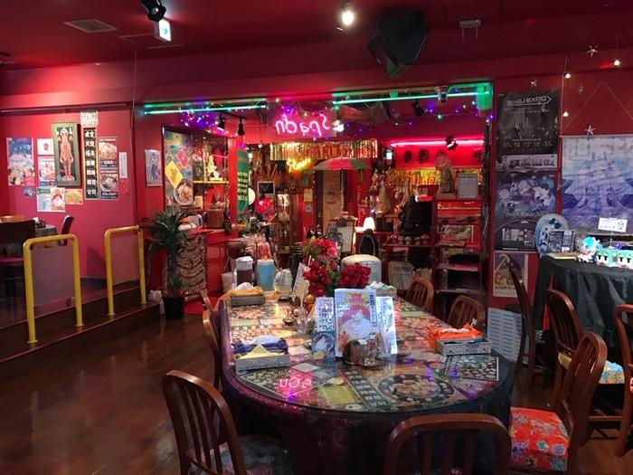 お店は地下鉄「南郷7丁目」駅から徒歩5分ほど。「ここは本当に日本なの!?」と目を疑いたくなる、オリエンタルでカオスな店内も魅力です♪