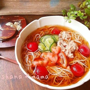 夏野菜の代表格であるトマトは、旨み成分を含む珍しい野菜でもあります。そんなトマトを麺つゆに浸すだけで、ゴクゴク飲めるおいしいつゆに!ぜひ一度お試しを♪
