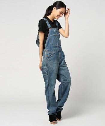 Tシャツをジャストサイズに合わせた時にこれくらいのゆとりがあるとベストです。カジュアルなデニムサロペットも女性らしく着こなせますよ。
