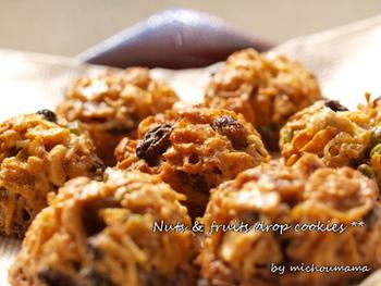 フルーツの甘酸っぱさが美味しいドロップクッキー。シナモンやナッツをいれて小腹がすいたときにつまむのもいいですね。