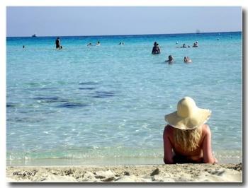 ホテル街で賑わう「アイヤ・ナパ」。白い砂浜で水の透明度も高く人気のビーチです。