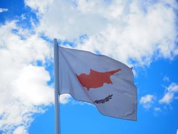 キプロスの国旗は国土の形がデザインされています。