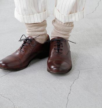履き心地のいいリネンのソックス。ベーシックカラーでもボリューム感で秋らしさは取り入れられます。半端丈パンツからくしゅくしゅさせたソックスをちらっと覗かせて。