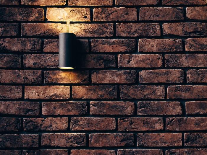 可能であれば、照明もややオレンジ系のものにチェンジしてみるのも良い方法です。  灯りが変わるだけで、空間の温かみもアップしますよ。