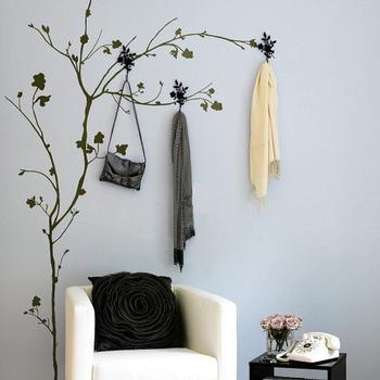 木のモチーフのウォールステッカーにフックをつけたら、まるでバッグや洋服が吊るされているような雰囲気に。こういったユニークな使い方は見ていて楽しいですね。