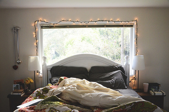 寝室の窓枠にイルミネーションライトをアレンジ。シンプルな飾り付けですが、お部屋を温かく彩ってくれます。